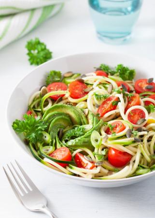 Mix van spaghetti en courgetti met kerstomaten en avocadosaus