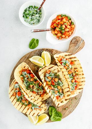 Mediterraanse pita met kikkererwten, groenten en tzatziki