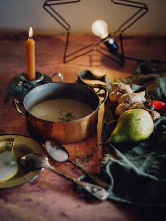 Pastinaaksoep met gember, peer & geroosterde pompoenpitten