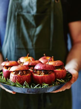 Appels gevuld met amaretti, prosciutto en kruiden