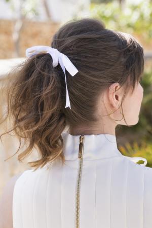 Paardenstaart voor half, krullend haar met wit lintje