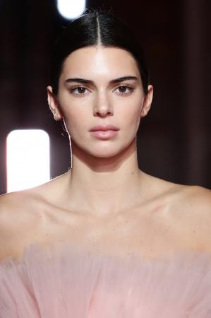 Strakke middenstreep zoals Kendall Jenner