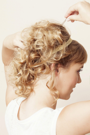Opsteekkapsel voor krullend haar