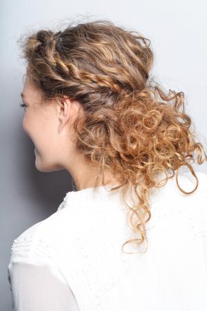 Messy opsteekkapsel voor krullend haar