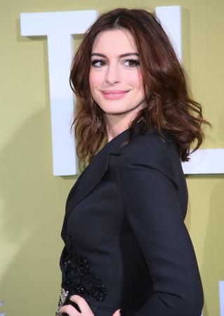 Un mi-long décoiffé comme Anne Hathaway