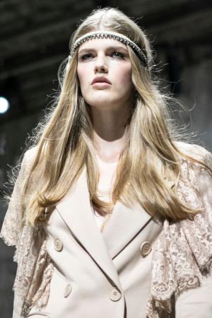 Middenstreep in combinatie met een fijne haarband