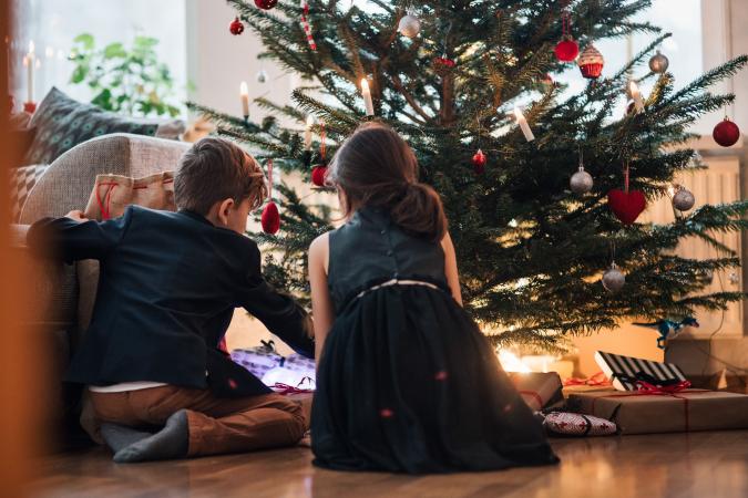 De cadeautjes worden pas uitgedeeld als het donker is