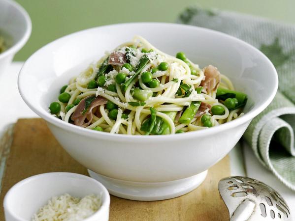 Spaghetti met erwten en lente-uitjes