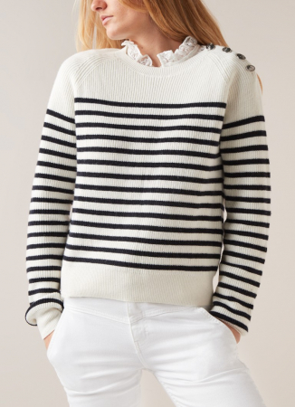 Witte grofgebreide trui met donkerblauw streepdessin