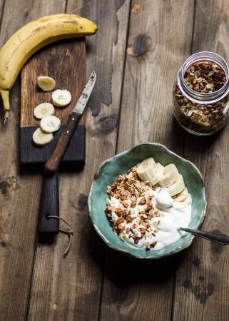 Banana bowl met granola en Griekse yoghurt
