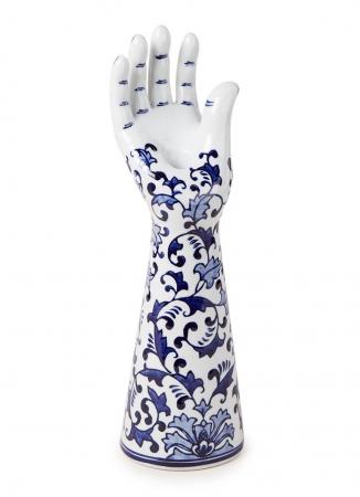 Handvormige kandelaar uit porselein