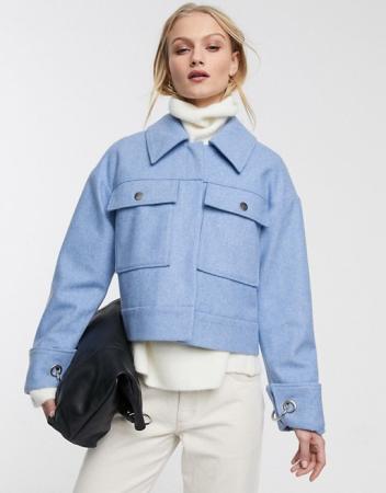 Un manteau court à larges poches
