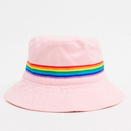 Een bucket hat met een boodschap