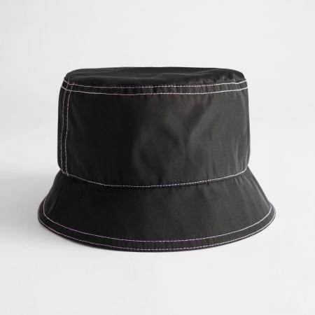 Zwarte bucket hat met lila naden en voering