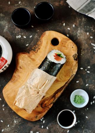 Sushi burrito met zalm