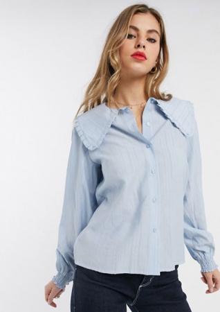 Babyblauwe blouse met lange mouwen en kraag met ruches