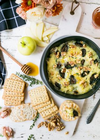 Crackers met hartige dipsaus van kaas, vijgen en honing