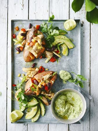 Gepofte zoete aardappel met Mexicaanse kippenreepjes en avocadosalsa