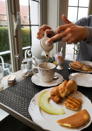 Genieten van een uitgebreid ontbijtbuffet in de gezellige ontbijtruimte.