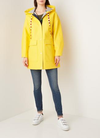 Gele regenjas met streepprint