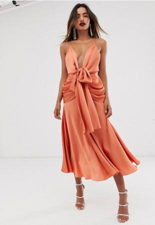 Zalmroze midi-jurk met strik en naveldecolleté