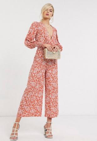 Roestkleurige jumpsuit met witte bloemenprint en pofmouwen