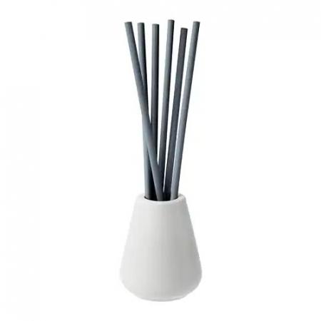 Bâtons de parfum à la bergamote dans un vase en porcelaine
