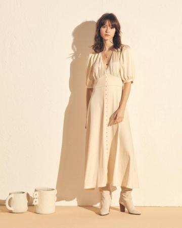 Maxi-jurk in satijn met V-hals en korte mouwen