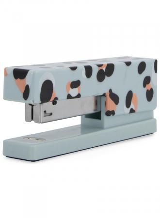 Babyblauwe nietmachine met luipaardmotief