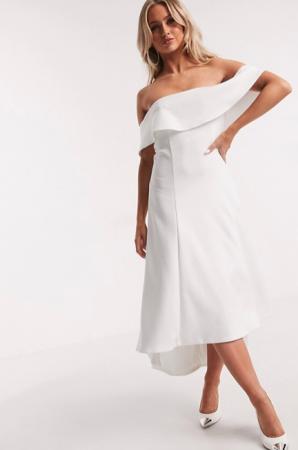 Witte midi-jurk met asymmetrische zoom