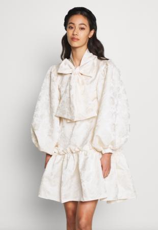 Korte jurk in jacquard met oversized pofmouwen en strik
