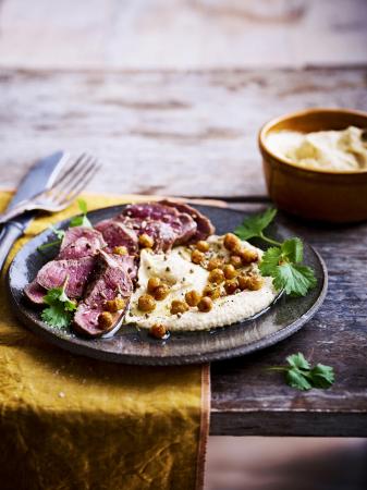 Hummus met geroosterde kikkererwten en gegrilde lamsfilet