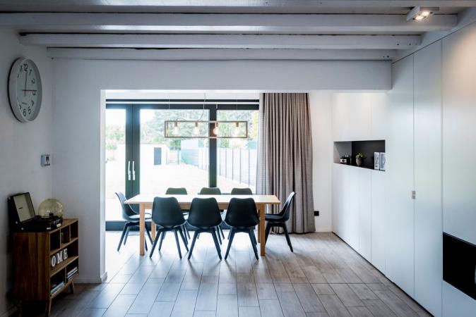 De keuken en de living worden met elkaar verbonden door de eetkamer