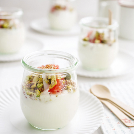 Yoghurtbowl met roze pompelmoes en gepofte quinoa