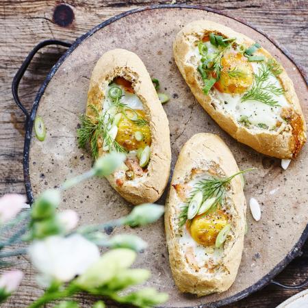 Piccolobroodjes met gerookte zalm en ei