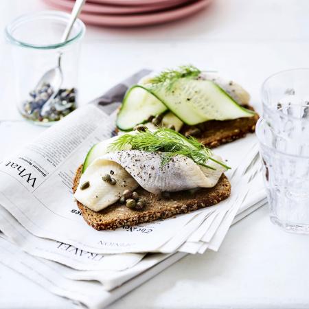 Smørrebrød met haring en komkommer