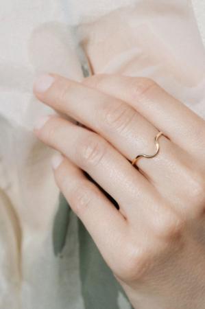Ring in de vorm van een half maantje
