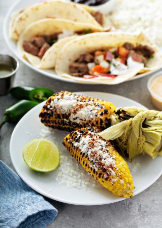 Gegrilde maïs op Mexicaanse wijze