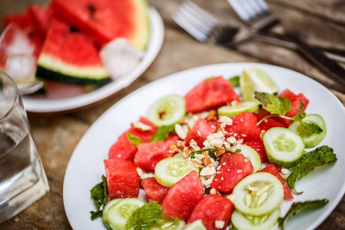 Komkommersalade met watermeloen, mango en basilicum