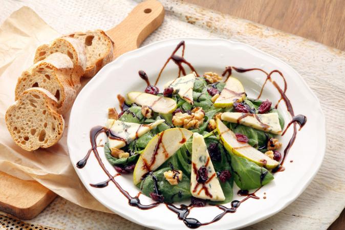 Groene salade met peer, gorgonzola en balsamico