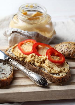 Veganistische spread van walnoten, zongedroogde tomaten en look