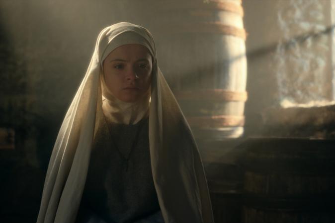 Emily Coates als zuster Iris