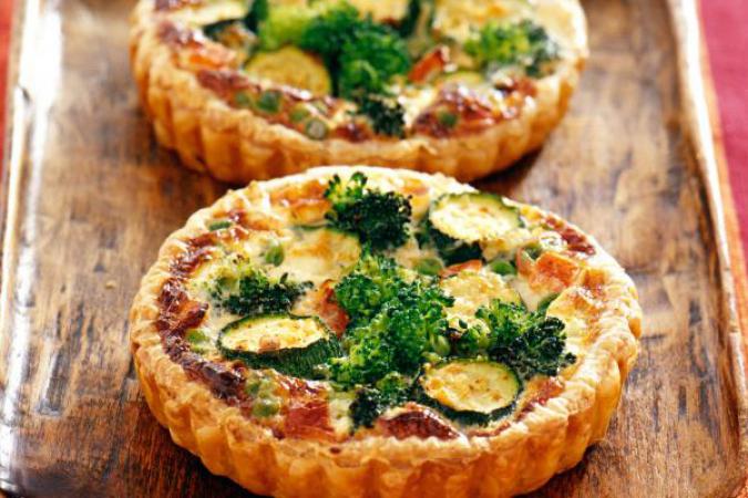 Miniquichemet broccoli, courgette en erwtjes