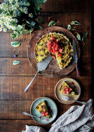 Veganistische quiche met olijven en artisjok