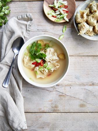 Thaise gember-kippensoep met gevulde wontons