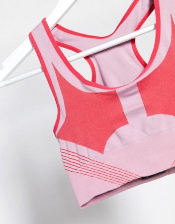 Roze sportbeha met rode kleuraccenten