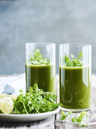 Sapjemet komkommer, spinazie en verse kruiden