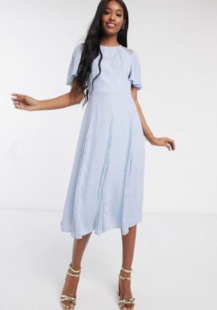 Babyblauwe midi-jurk met korte mouwen en kanten details