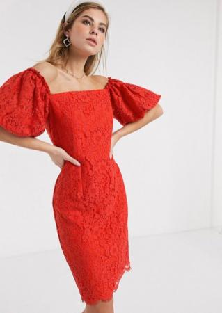 Rode mini-jurk in kant met ballonmouwen
