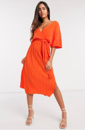 Oranje wikkeljurk met kimonomouwen in plissé